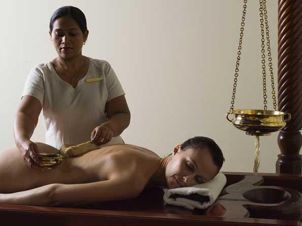 Ayurveda Massage op houten bed